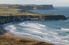与海湾的有雾和晴朗的海岸线 免版税库存图片
