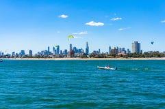 与海滩前景的墨尔本都市风景 免版税图库摄影