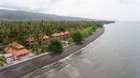 与海滩和旅馆,巴厘岛的海岸 免版税库存照片