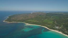 与海滩和海,风车的海景 菲律宾,吕宋 免版税库存图片