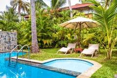 与海滩床的水池在一家热带旅馆里 库存图片