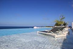 与海的华美的风景的松弛游泳池在Phuke 免版税库存图片