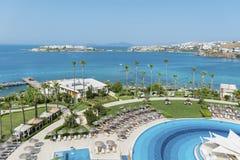 与海的大室外豪华游泳池周围在背景中 免版税库存图片