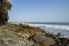 与海的岩石海岸海滩在夏天风景的白天的 库存图片