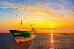 与海的日出 免版税库存照片