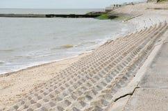 与海的沿海保护块 免版税库存照片
