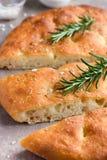 与海盐和迷迭香的意大利面包focaccia 库存图片