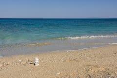 与海石头的夏天风景在平衡 免版税库存图片
