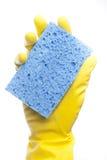 与海绵的一副黄色清洁手套 免版税库存照片