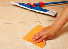 与海绵的现有量清洗楼层 免版税图库摄影