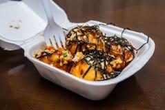 与海草的Takoyaki在泡沫配件箱 免版税库存图片