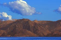与海运和山的横向 图库摄影