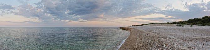 与海运的海岸的日落横向。 全景。 库存图片