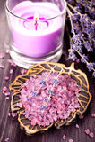 与海运盐和淡紫色的温泉 库存图片