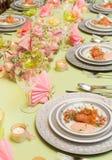 与海鲜盘的欢乐饭桌 免版税库存图片