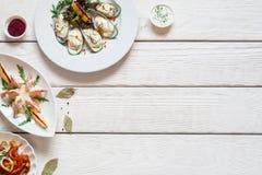 与海鲜饭食舱内甲板位置的白色木桌 库存照片