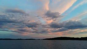 与海鸥使用的COLORFULL天空 免版税库存照片
