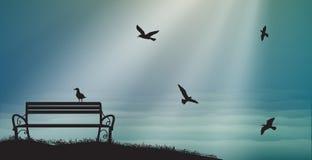 与海鸥和太阳的空的长凳发出光线,阴影,记忆,海美梦, 免版税库存照片