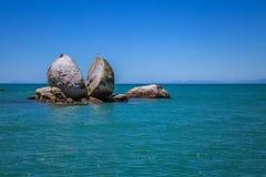 与海鸥的分裂苹果岩石在Kaiteriteri海滩旁边的上面, 免版税库存图片