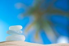 与海洋、海滩和palmtree海景的海玻璃seaglass 免版税库存图片