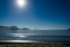 与海滩和天空的蓝色风景 库存照片