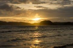 与海滩和海的日落 免版税库存图片