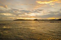 与海滩和海的日落 免版税图库摄影