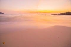 与海滩和热带海的日落 库存照片