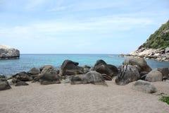 与海滩和石头的风景 免版税库存照片