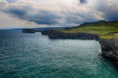 与海洋岸的风景在阿斯图里亚斯,西班牙 免版税库存图片