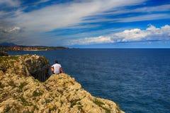与海洋岸的风景在阿斯图里亚斯,西班牙 免版税图库摄影