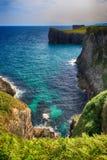 与海洋岸的L风景在阿斯图里亚斯,西班牙 免版税库存照片