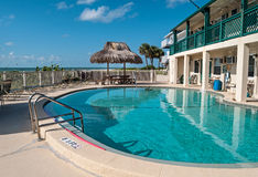 与海滩桌和遮阳伞的游泳池 免版税图库摄影