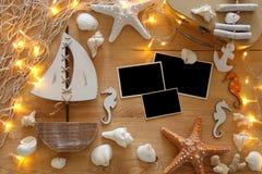 与海洋生活样式的船舶概念在木桌上反对 对摄影蒙太奇 免版税库存照片