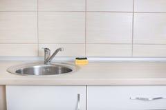 与海绵的厨房水槽 免版税库存照片
