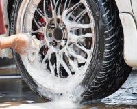 与海绵的室外轮胎洗车 免版税库存图片