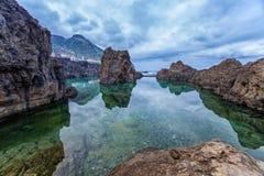 与海水的自然火山的水池在波尔图莫尼兹,马德拉岛,葡萄牙 库存图片