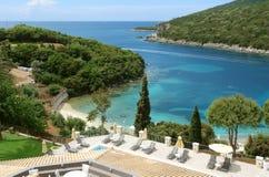 与海滩的蓝色海湾在希腊 免版税图库摄影