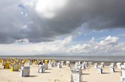 与海滩睡椅的北海岸 免版税库存图片