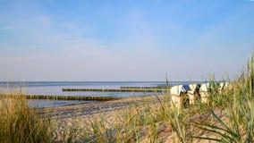 与海滩睡椅的安静的波罗的海海滩 免版税库存图片