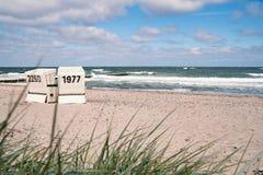 与海滩睡椅的安静的波罗的海海滩 免版税库存照片