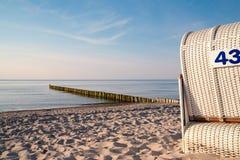 与海滩睡椅的安静的波罗的海海滩 库存照片