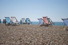 与海滩睡椅的海滩 图库摄影
