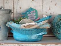 与海滩装饰的蓝色篮子 库存图片