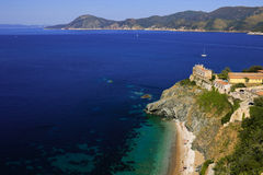 与海滩,厄尔巴岛意大利的早晨夏天沿海顶视图 免版税图库摄影