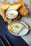 与涂抹干酪的开胃菜和碗用面包 库存图片