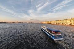 与涅瓦河的城市风景, 库存图片