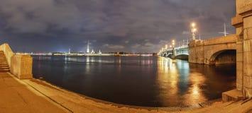 与涅瓦河的城市风景, 免版税库存图片