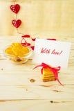 与消息的卡片充满在信件和曲奇饼的爱 图库摄影