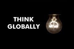 与消息的电灯泡全球性地认为 免版税库存图片